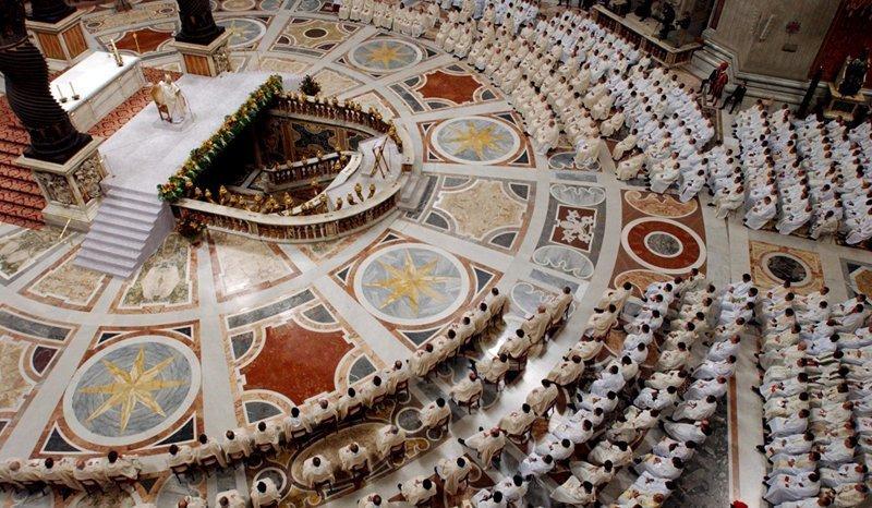 La fonction principale du Vatican est religieuse, sa sphère de l'activité est le monde entier, le nombre de catholiques s'élève à 600-700 millions de personnes, on compte 400 000 prêtres et plus d'un million de membres d'ordres monastiques.