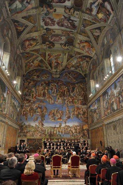 Un autre bâtiment célèbre, le Palais des Papes, est un ensemble comprenant plus de 1 000 chambres, plusieurs chapelles et musées et la bibliothèque papale. La chapelle la plus illustre du palais est la Chapelle Sixtine avec ses magnifiques fresques de Michel-Ange ornant le plafond.