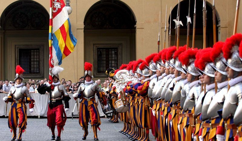 La garde suisse est la seule force armée du Vatican. Aujourd'hui, ses soldats, selon la Charte, « assurent la sécurité de la personne sacrée du pape et de sa résidence ».