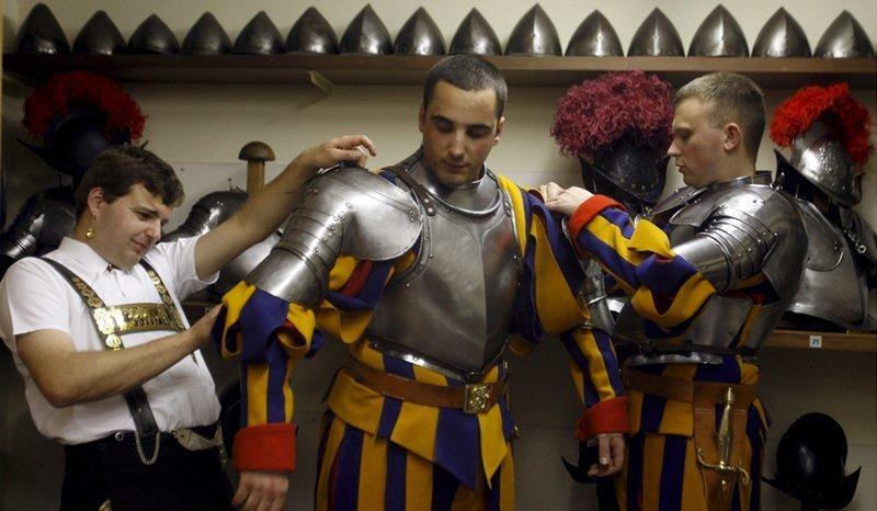 Les gardes sont en faction à l'entrée du Vatican, devant les appartements du Pape et du secrétaire d'État. Sans eux, aucune messe solennelle ou réception diplomatique n'ont lieu. Selon la légende, leur uniforme a été créé selon des dessins de Michel-Ange, mais il n'existe aucune preuve historique.