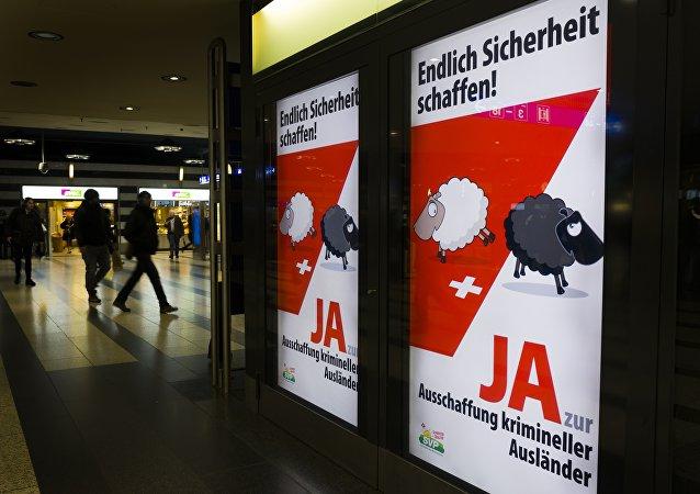 Affiche de campagne de l'Union démocratique du centre, parti politique suisse conservateur et nationaliste, en faveur du oui pour le référendum sur l'éviction des étrangers ayant commis un délit