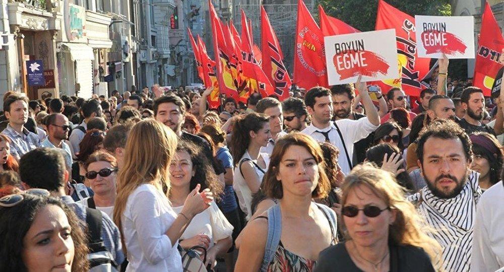 Des milliers de manifestants de nouveau dans les rues d'Istanbul