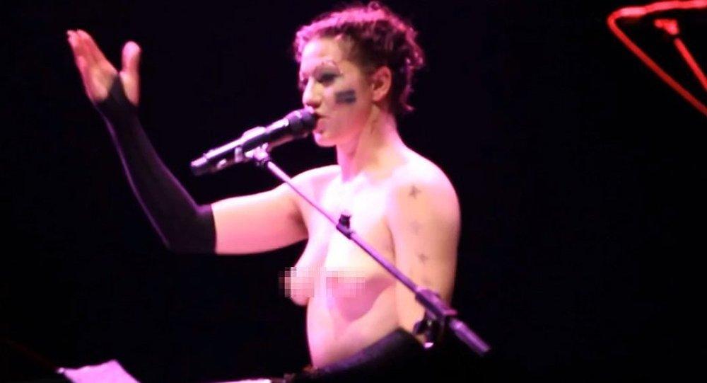 Трусики кончил какая американская певица пела голой порно зрелых
