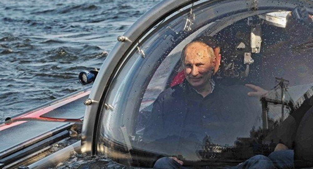 Poutine réalise une plongée en mer Baltique à bord d'un sous-marin