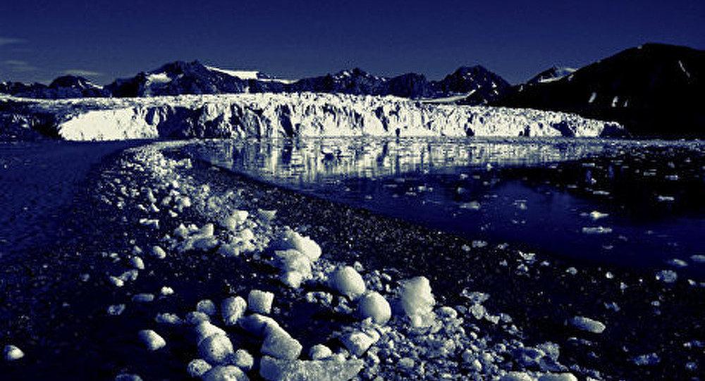 L'Arctique : un lac s'est formé en raison du temps chaud