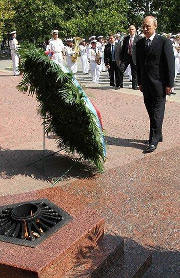 Le président de la Russie, Vladimir Poutine, a célébré la Journée de la marine à Sébastopol. Il a déposé une gerbe au mémorial la Flamme éternelle.