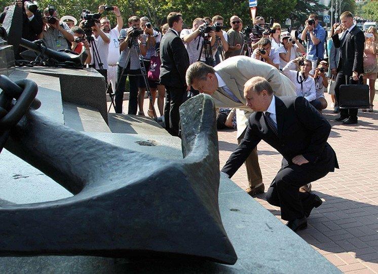 Les présidents de la Russie et de l'Ukraine ont déposé une gerbe au monument aux défenseurs héroïques de Sébastopol dans les années 1941-1942.
