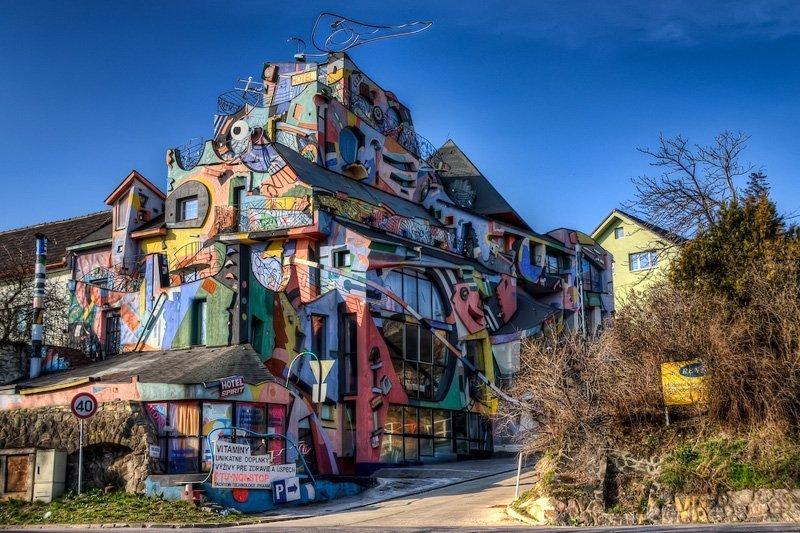L'hôtel « de l'inspiration » (Hotel Spirit) ou Hotêl fou, comme l'appellent les Slovaques, se trouve non loin du centre de Bratislava.