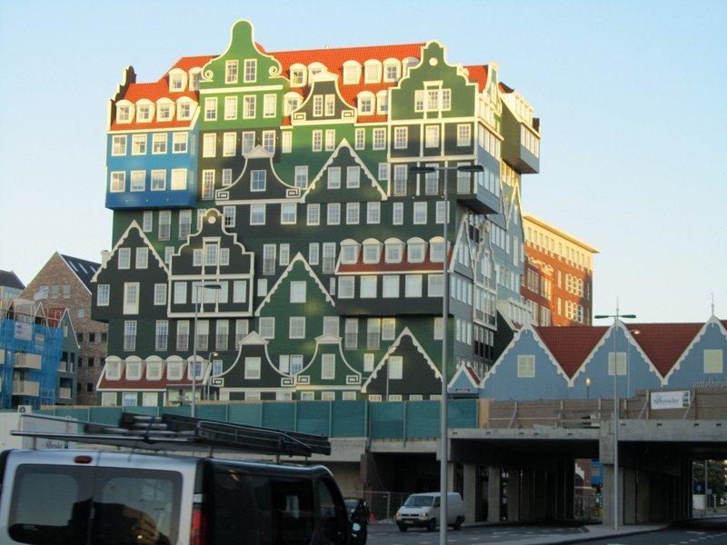 En 2010, l'hôtel Inntel Amsterdam-Zaandam a ouvert ses portes dans la ville hollandaise de Zaandam, construit d'après le projet de l'architecte Wilfried van Winden. Le bâtiment ressemble à un empilement de petites maisons traditionnelles hollandaises.