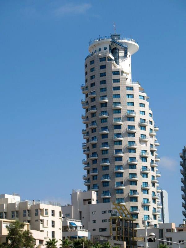 L'hôtel Isrotel surplombe la promenade Tayelet à Tel Aviv (Israël).