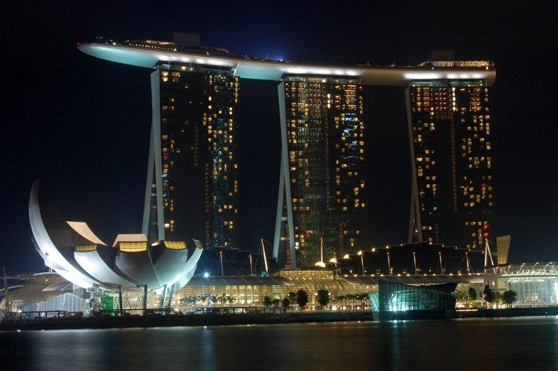 Le Marina Bay Sands est un hôtel et un casino à Singapoure. Le bâtiment a été construit par l'entreprise multinationale Ssangyong Engineering & Construction. Le complexe comprend trois tours de 55 étages, d'une hauteur de 200 mètres et reliées à leur sommet par une grande terrasse en forme de gondole. Le design de l'hôtel a été imaginé par l'architecte Moshe Safdie.
