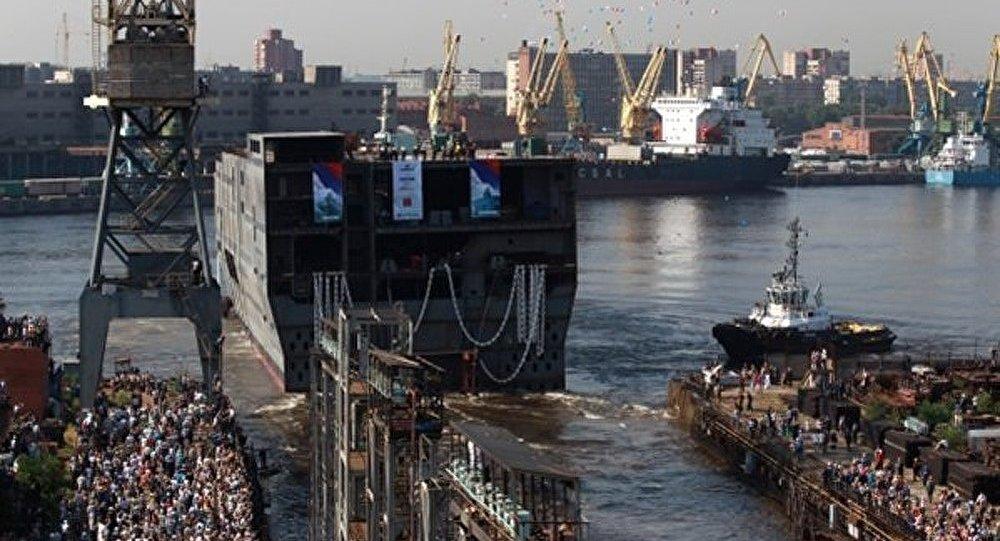 Le premier porte-hélicoptères russe Vladivostok mis à l'eau à Saint-Nazaire