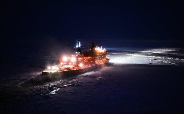 Le chef de l'expédition Artour Tchilingarov a noté que jamais auparavant les navires ne partaient pour le pôle Nord si tard, tous les voyages précédents ayant été réalisés en été. Sur la photo : le brise-glace nucléaire 50 ans de la Victoire en route vers le pôle Nord vu de l'hélicoptère.