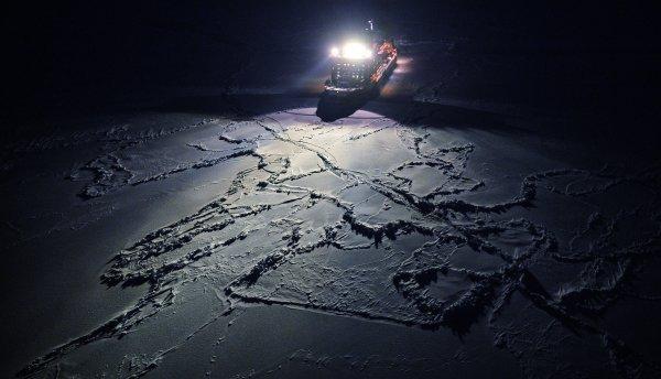 Sur la photo : le brise-glace nucléaire 50 ans de la Victoire en route vers le pôle Nord vu de l'hélicoptère.