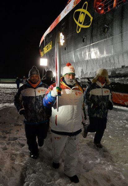 « Les porteurs ayant contribué à l'étude de l'Arctique, à la conservation de ses ressources naturellels, de son monde animal et de son écologie ont participé à l'étape du relais de la flamme olympique au pôle Nord », a noté Artour Tchilingarov (sur la photo).