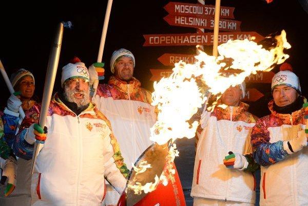 Une fois la cérémonie terminée, la flamme en lanterne a été transportée à Mourmansk d'où elle poursuivra sa route à travers les villes de Russie . En plus il lui reste trois autres étapes spéciales : lac Baïkal, Elbrouz et espace. Sur la photo : les relayeurs pendant la cérémonie d'allumage de la flamme olympique au pôle Nord.