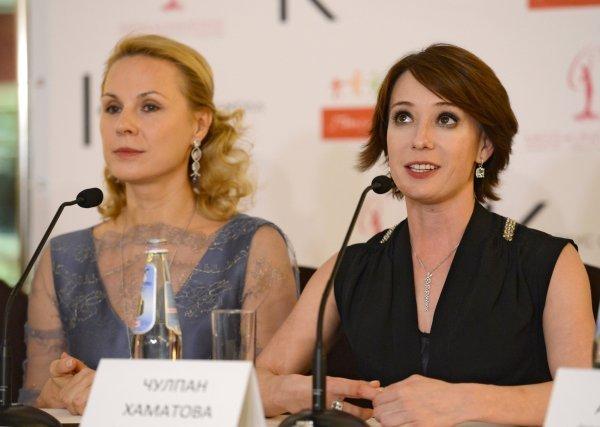 Ci-contre : Tchoulpan Khamatova et Dina Korzoune, les fondatrices de Podari Jizn, lors de la conférence de presse précédant la vente aux enchères caritative Miss Univers 2013 au Crocus City Mall. Moscou, Russie.