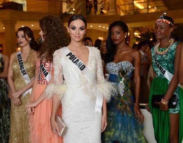 Ci-contre : Miss Pologne Paulina Krupińska avant la vente aux enchères caritative Miss Univers 2013 au Crocus City Mall. Moscou, Russie.
