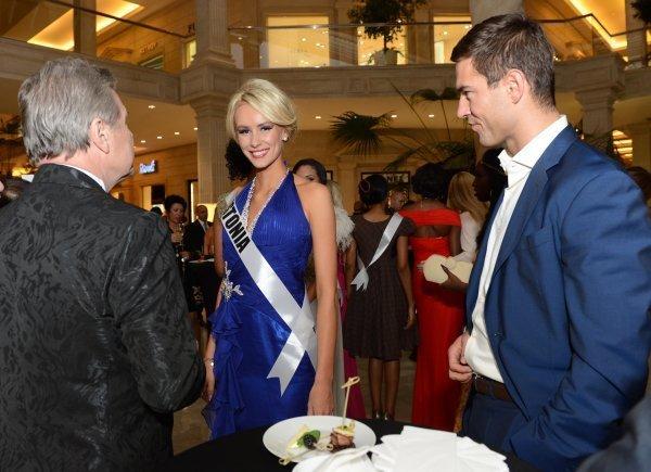 Ci-contre : la candidate estonienne à Miss Univers 2013 Kristina Karjalainen avant la vente aux enchères caritative Miss Univers 2013 au Crocus City Mall. Moscou, Russie.