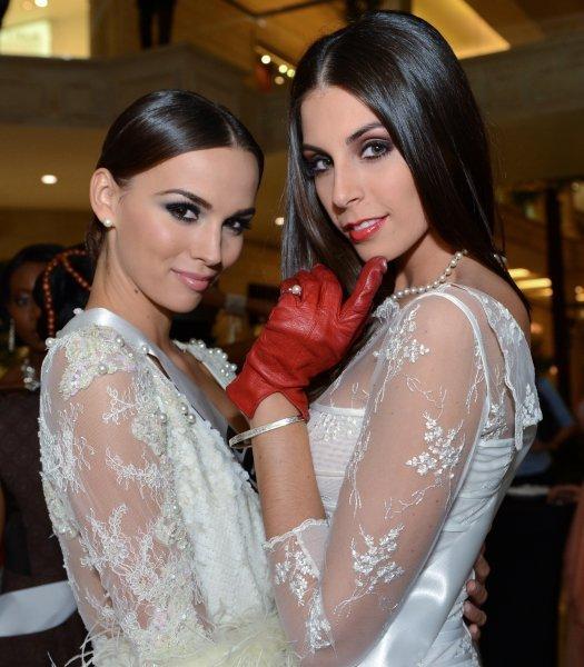 Ci-contre : Miss Pologne Paulina Krupińska et Miss Chili Maria Matthei avant la vente aux enchères caritative Miss Univers 2013 au Crocus City Mall. Moscou, Russie.