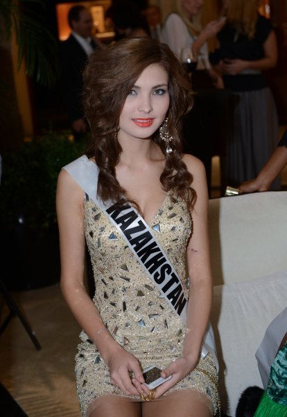 Ci-contre : Miss Almaty 2013 Aigerim Kozhakhanova avant la vente aux enchères caritative Miss Univers 2013 au Crocus City Mall. Moscou, Russie.
