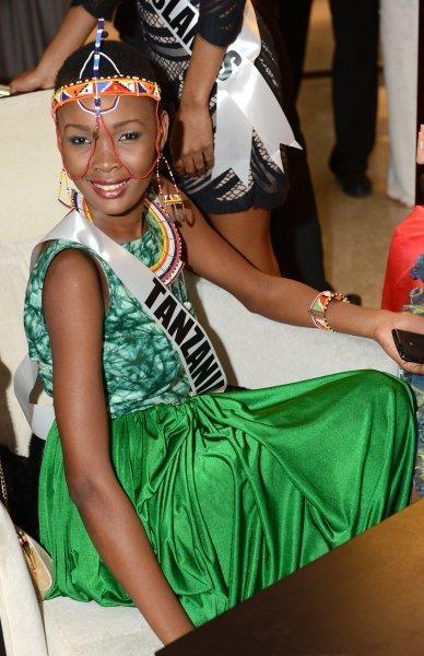 Ci-contre : Miss Tanzanie Betty Omara avant la vente aux enchères caritative Miss Univers 2013 au Crocus City Mall. Moscou, Russie.