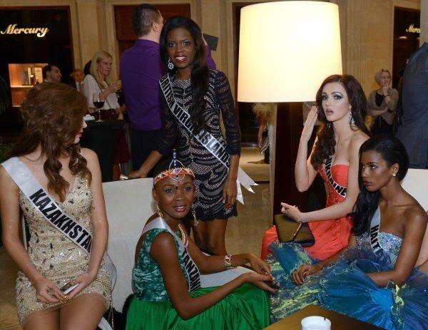 Ci-contre : Les participantes au concours Miss Univers 2013 avant la vente aux enchères caritative Miss Univers 2013 au Crocus City Mall. Moscou, Russie.