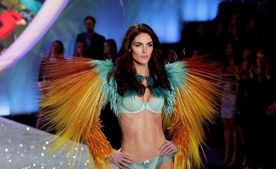 La top-modèle, Karlie Kloss, portant la collection « Oiseaux de Paradis ».