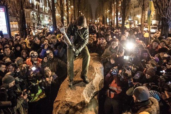 Les manifestants à Kiev ont renversé le monument de Lénine (vidéo)