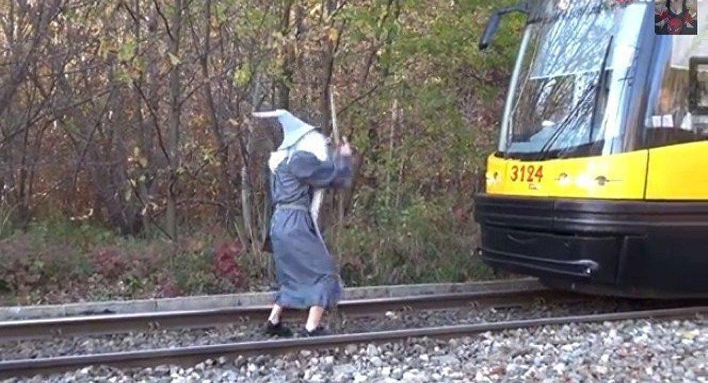 Le Gandalf polonais aux prises avec un tramway (vidéo)