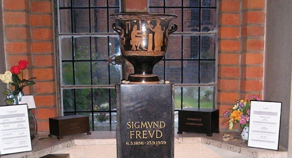 L'urne avec des cendres de Freud endommagée à Londres