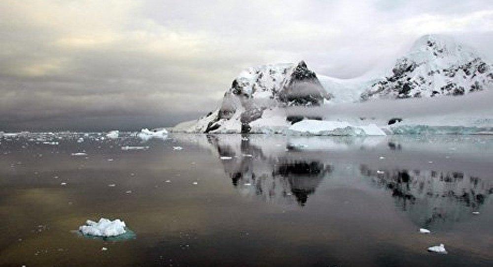 Un gigantesque canyon découvert sous les glaces de l'Antarctique