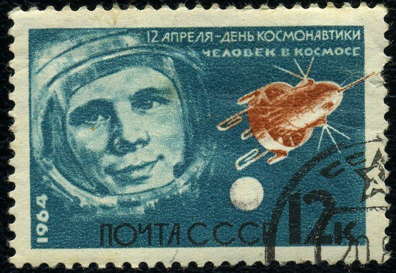 La journée internationale de l'astronautique est célébrée ce 12 avril. L'histoire de cette journée remonte à 1961, lorsque le cosmonaute soviétique Iouri Gagarine a réalisé son premier vol dans l'espace depuis le cosmodrome de Baïkonour. Il a pu survoler la Terre sur son orbite. Ce vol mémorable a duré 108 minutes. 20 ans plus tard, le 12 avril 1981, le premier vol habité du programme américain Space Shuttle a eu lieu. Sur la photo : un timbre postal consacré à la Journée internationale de l'astronautique, 1964.