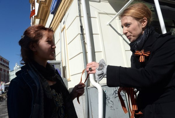 Le noir et l'orange, les couleurs du ruban de Saint-Georges, qui signifient « la fumée et le feu », sont un symbole de prouesse que les soldats ont montré sur le champ de bataille à la Grande guerre patriotique (1941-1945). Sur la photo : la présentatrice de la télévision Iana Tchourikova en train de distribuer des rubans de Saint-Georges dans les rues de Moscou.
