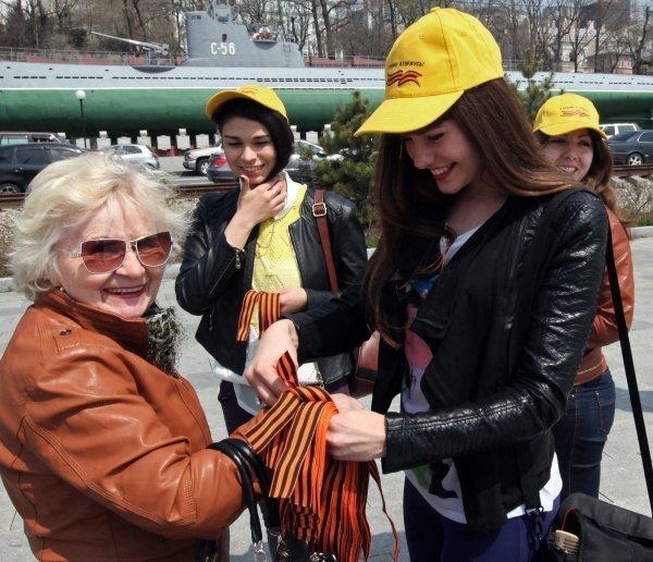 Sur la photo : des bénévoles distribuent des rubans de Saint-Georges sur le quai Korabelnaïa à Vladivostok.