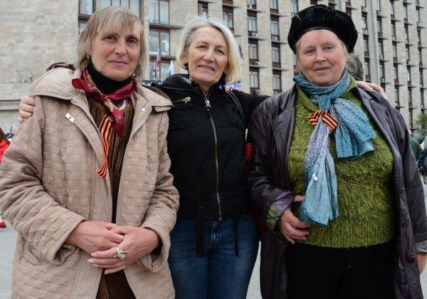 Photo : les partisans de la fédéralisation d'Ukraine portant des rubans de Saint-Georges sur la place devant le bâtiment de l'administration de la région de Donetsk.