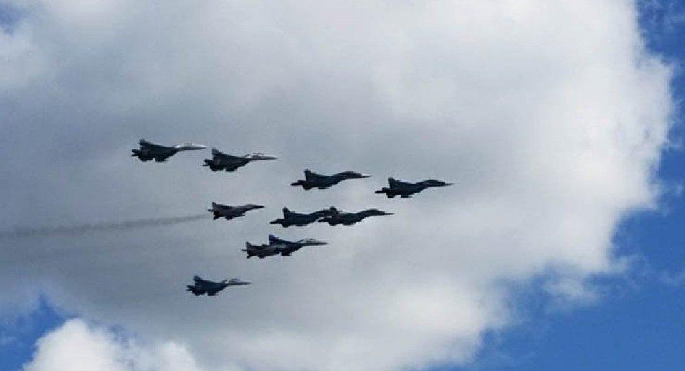Des avions de guerre survolent la place Rouge à la fin du défilé de la Victoire