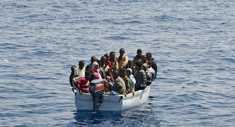 Des migrants débarquent sur une plage au milieu des touristes — Espagne