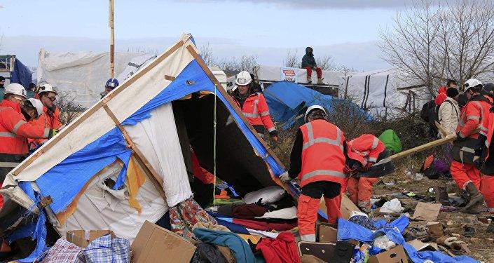 Jungle de Calais: début de l'enlèvement des abris de la zone sud du camp