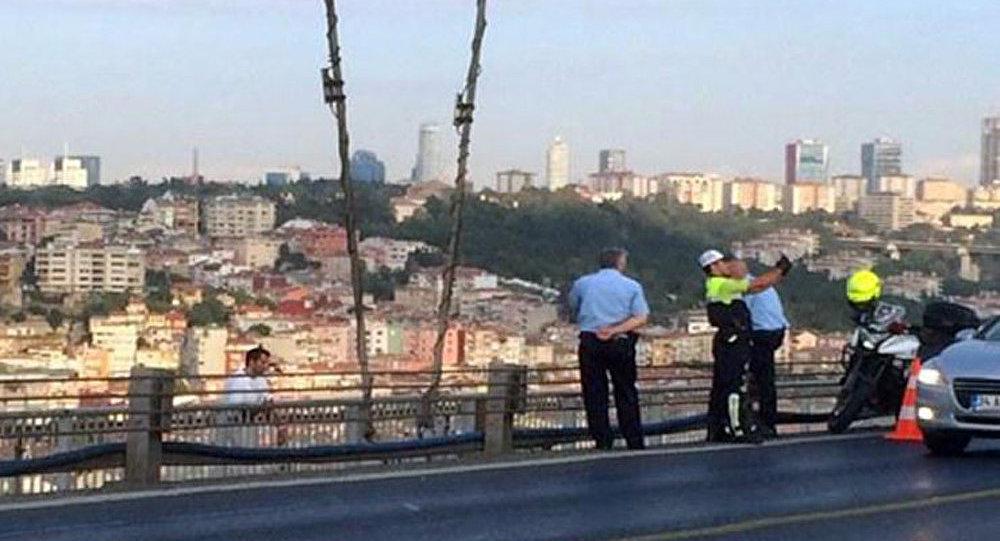 A Istanbul un policier a pris un selfie sur fond d'un suicidaire