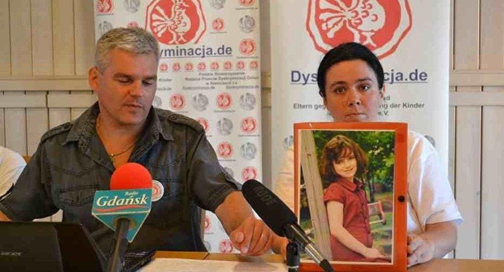 Wojciech Pomorski, la maman d'Alisha Stewart avec la photo d'Alisha