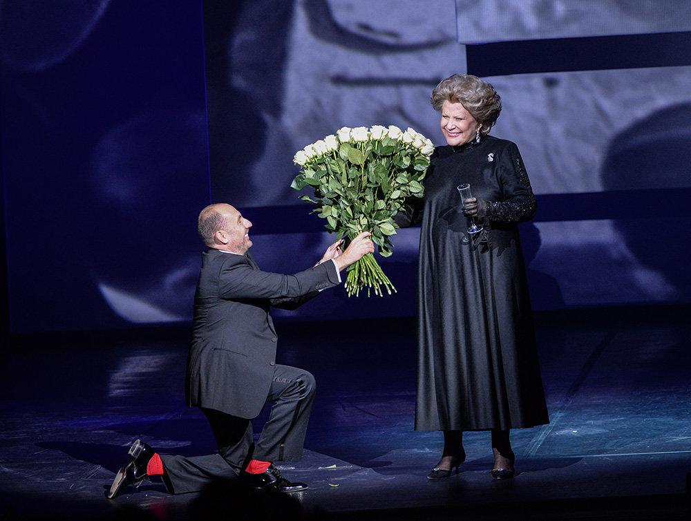 Elena Obraztsova prend la parole lors d'une conférence de presse consacrée au Cinquième concours international des jeunes chanteurs d'opéra portant son nom.