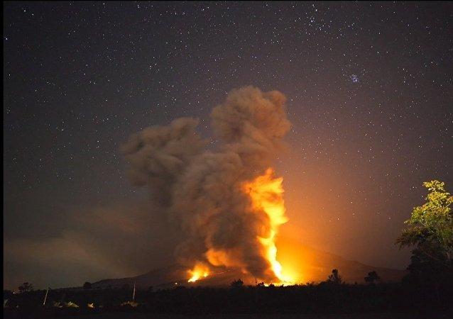 L'éruption d'un stratovolcan en Indonésie
