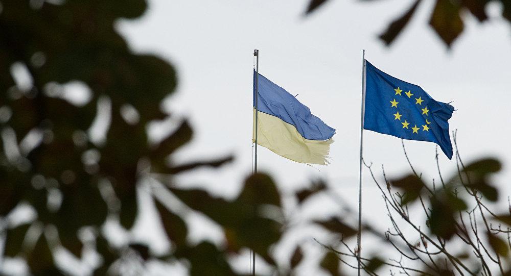 drapeau de l'UE et le drapeau de l'Ukraine