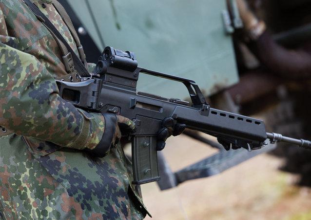 Le soldat allemand avec un fusil d'assaut Heckler & Koch G36 à un terrain d'entraînement militaire près de Weisskeissel, Allemagne