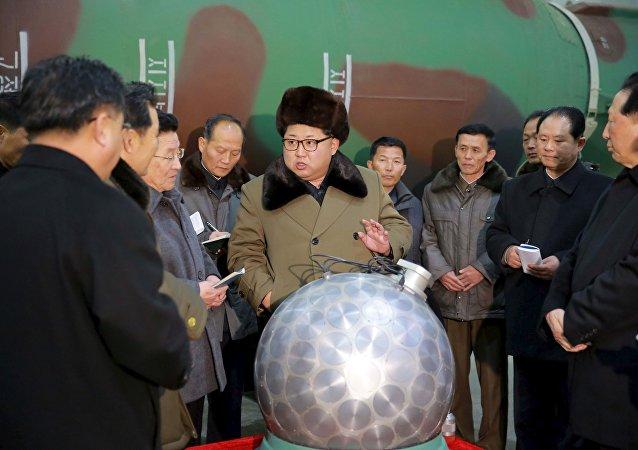 Kim Jong-un, pose derrière une sphère métallique