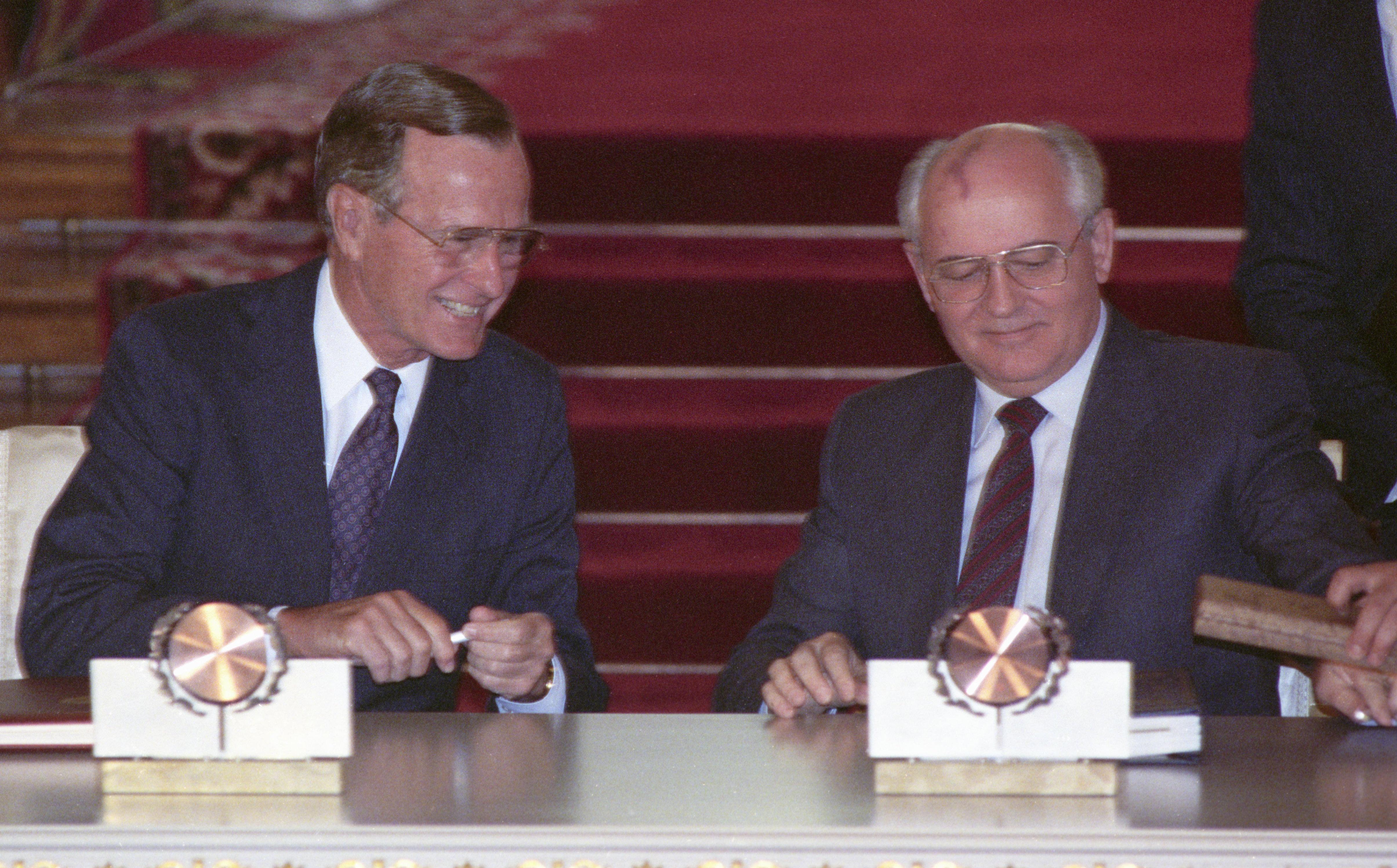 Presidents George H. W. Bush et Mikhail Gorbachev signent START-1, le 31 juillet 1991