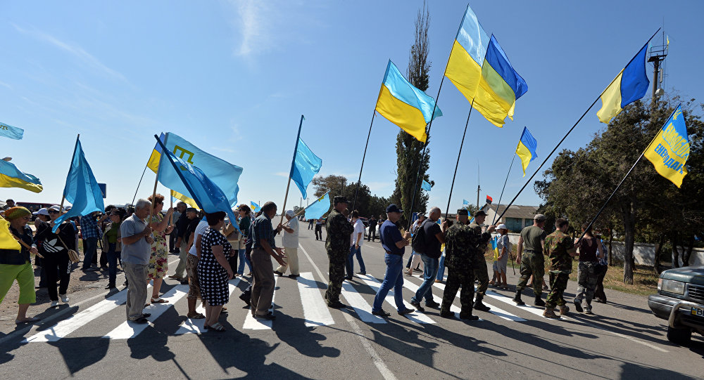 Nationalistes ukrainiens bloquant la route reliant l'Ukraine à la Crimée