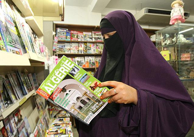 Une femme habillée en niqab en France