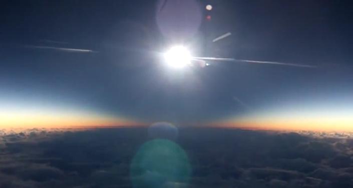 Une éclipse solaire filmée à bord d'un avion